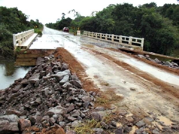 Ponte na BR-425 sobre o Igarapé Misericórdia, em Nova Mamoré, foi liberada por volta das 14h desta quarta-feira (6) (Foto: Simon Oliveira (Portal Mamoré)/Divulgação)