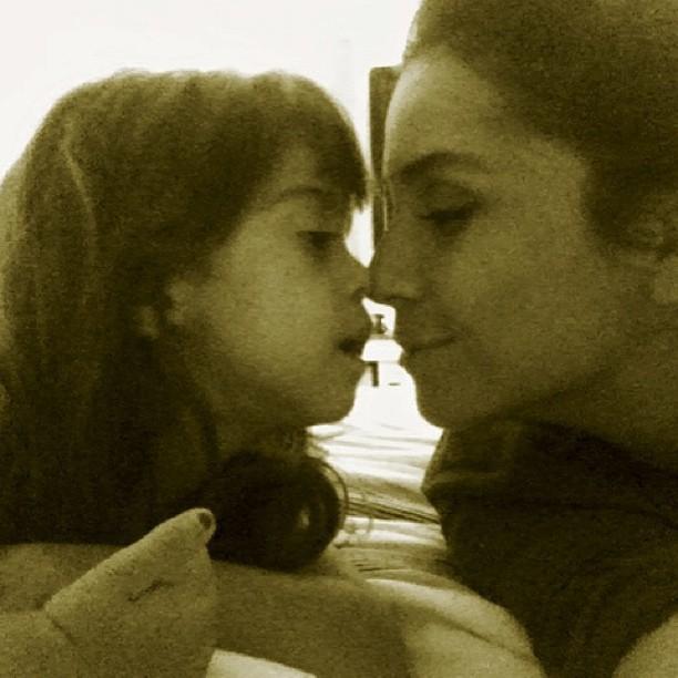 Giovanna Antonelli ganha carinho de uma das filhas (Foto: Instagram)