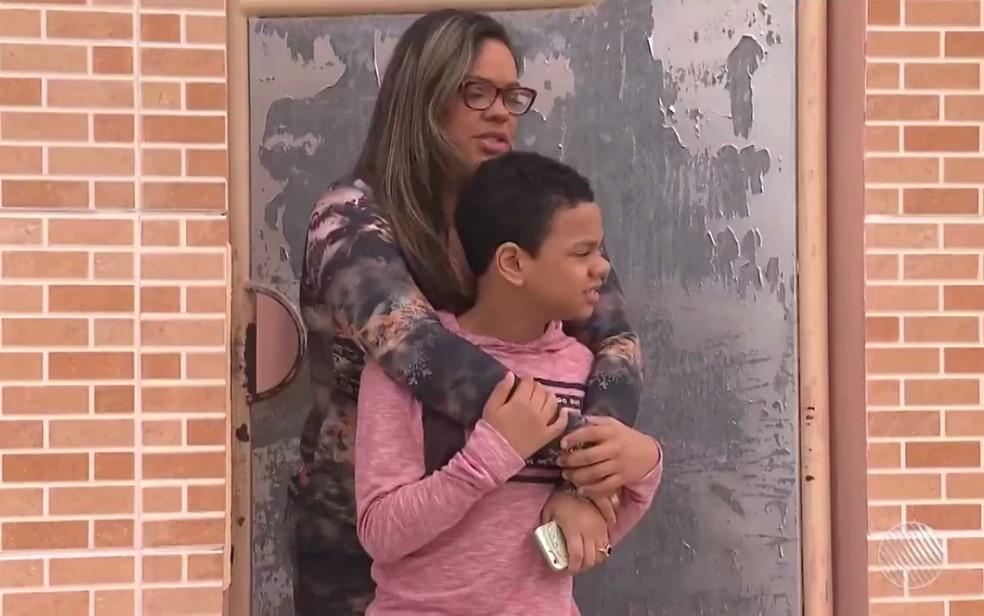 Léo e a mãe procuram há uma semana por Nina (Foto: Reprodução/TV Subaé)