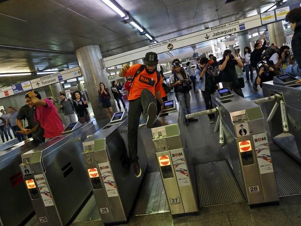 Manifestante pula a catraca da estação de metrô Ana Rosa nesta segunda (Foto: Kai Pfaffenbach/Reuters)