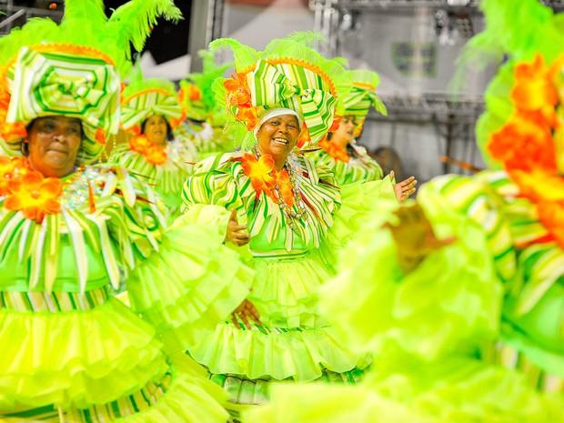 Sorridentes, baianas da Imperatriz do Forte, curtem passagem pela avenida no Sambão do Povo, em Vitória.  (Foto: Weliton Aiolfi/ G1)