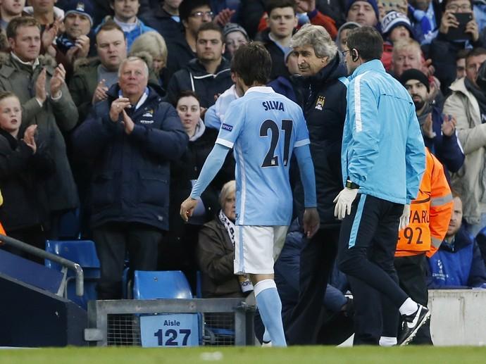 David Silva sai de campo observado por Manuel Pellegrini Manchester City x Real Madrid (Foto: Reuters / Carl Recine )