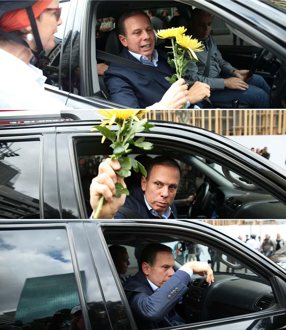 O prefeito João Doria recebe flor de ciclista e joga fora (Foto: Renato S. Cerqueira/Futura Press/Estadão Conteúdo)