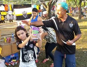 Torcedores doam alimentos - treino do Galo (Foto: Fernando Martins)