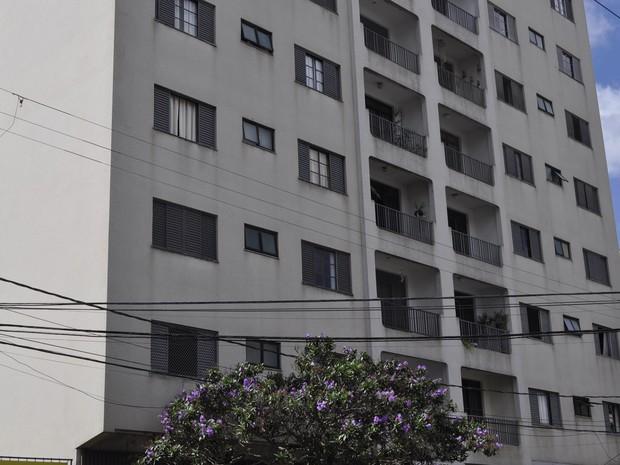 Prédio teve dois apartamentos arrombados em Poços de Caldas (Foto: Lúcia Ribeiro/G1)
