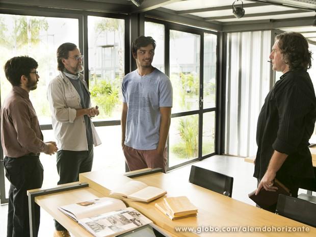 Marlon conhece seus novos colegas de trabalho: Wolfgang e Dr. Breno (Foto: Felipe Monteiro/TV Globo)