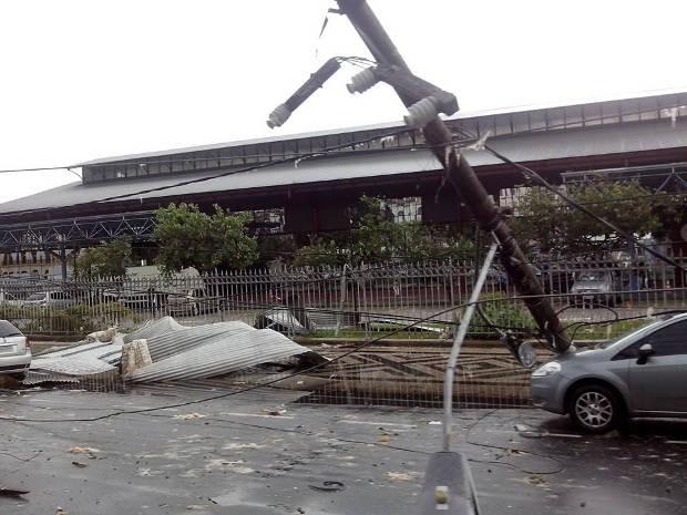 Além das telhas arrancadas, poste ficou penso após o temporal (Foto: Bianca Abraham / Arquivo pessoal)
