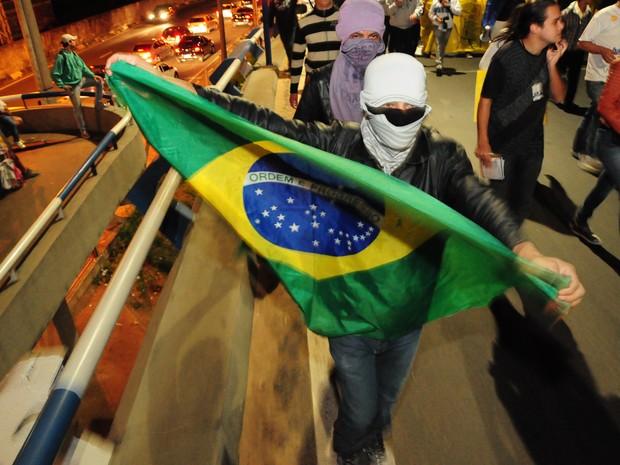 Manifestante leva bandeira do Brasil para o terceiro dia de protestos em Campinas (Foto: Raul Pereira/G1)