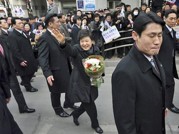 Presidente sul-coreana cumprimenta população antes de tomar posse (Foto: Yonhap/Reuters)