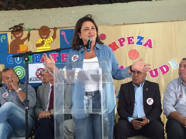 Ministra Kátia Abreu participa da Mobilização Nacional da Educação, em Goiás (Foto: Paula Resende/ G1)