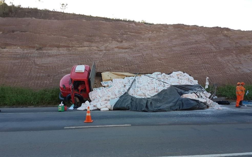 Caminhão sai da pista após acidente com ônibus em Santo Antônio do Descoberto (Foto: Divulgação/PRF)