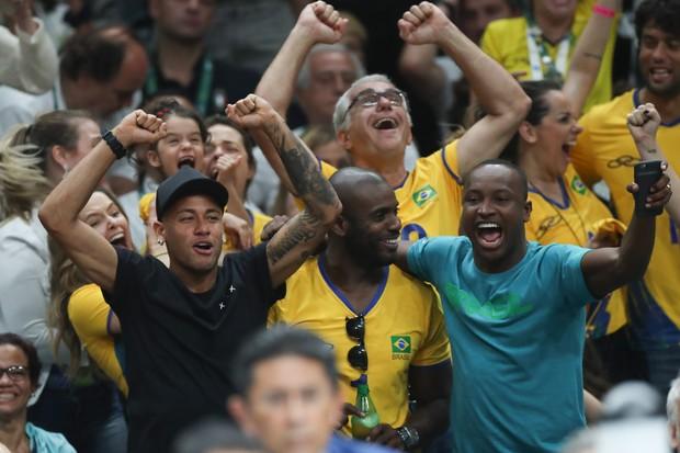 Neymar, Rafael Zulu e Thiaguinho assistindo volei (Foto: VANESSA CARVALHO - AGNEWS)