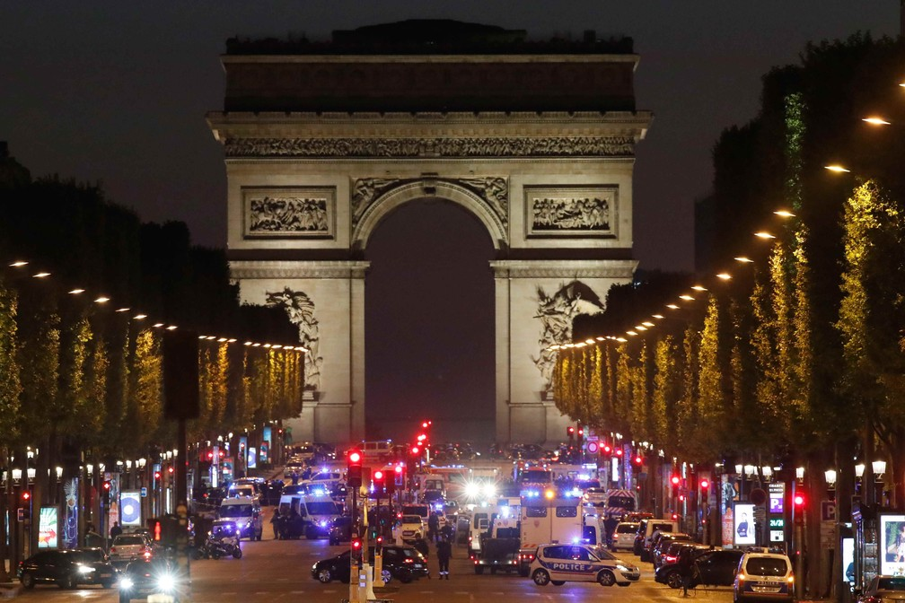 Operação policial na avenida Champs Elysees após tiroteio na noite desta quinta-feira (20) (Foto: REUTERS/Christian Hartmann)
