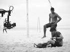 Chay Suede e Marcello Melo Jr. praticam slackline na praia do Leme