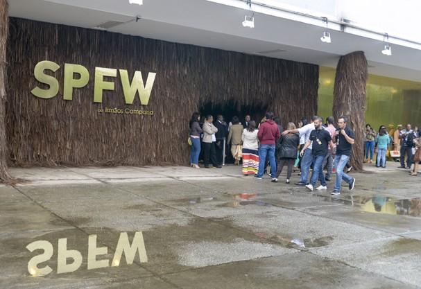 Portas abertas para receber os fashonistas neste primeiro dia de desfles do SPFW (Foto: Agênca Fotosite)
