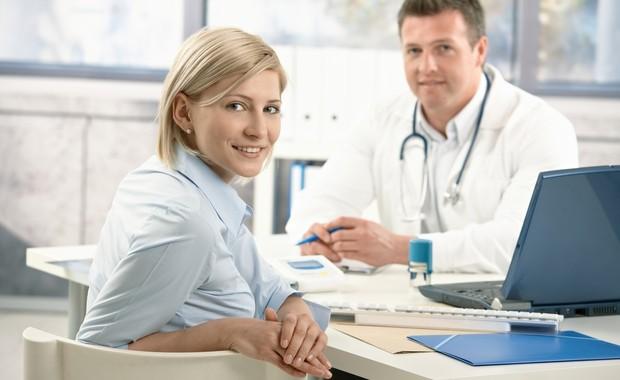 Mulher em consulta com obstetra (Foto: Shutterstock)