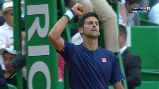 Djokovic joga mal, sofre, mas vence Gilles Simon e avança em Monte Carlo