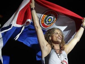 O vocalista do Aerosmith, Steven Tyler, que ainda se recupera de uma queda que o forçou a remarcar um show no Paraguai, se apresenta com um olho roxo para milhares de fãs em Assunção. (Foto: Jorge Adorno/Reuters)