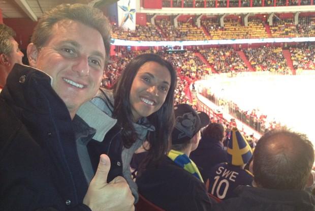 Depois da gravação, Huck e Marta foram assistir a uma partida do Mundial de hóquei sobre o gelo (Foto: Reprodução de internet)