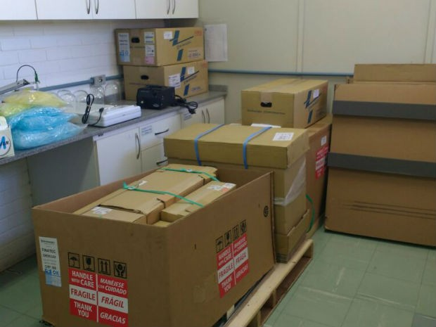 Equipamentos que custam mais de R$ 1 milhão não têm espaço para serem instalados e ficam em caixas (Foto: Beatriz Pataro/G1)