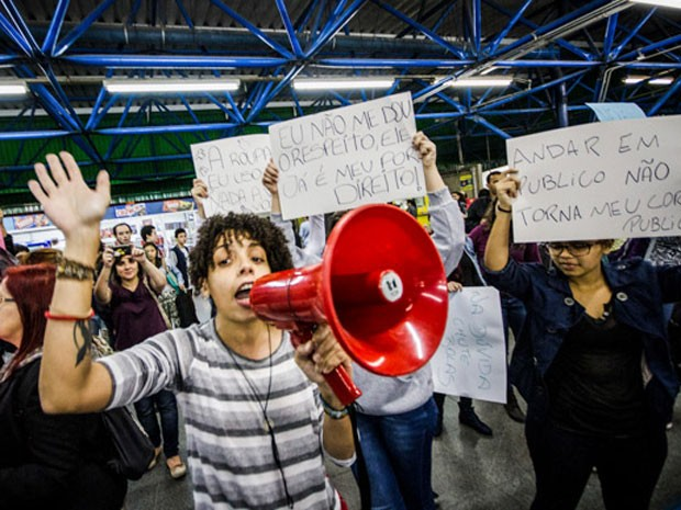 Grupo faz ato contra abuso sexual em estação do Metrô em São Paulo (Foto: Dario oliveira/Estadão Conteúdo)