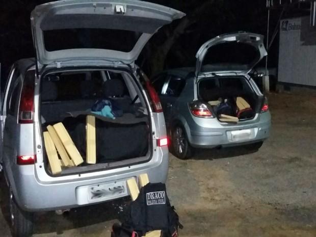 Droga era transportava em dois carros pela BR-116 (Foto: Divulgação / Polícia Civil)