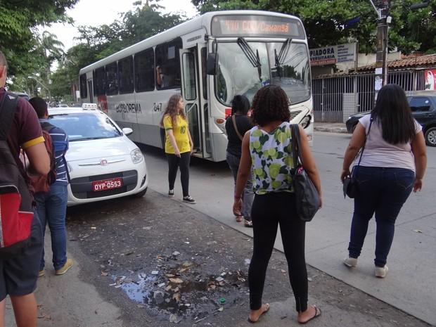Trechos da Avenida Acadêmico Hélio Ramos continuam alagando, apesar de intervenções na área (Foto: Penélope Araújo/G1)