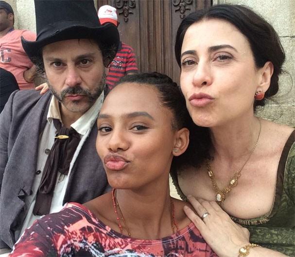 """Alexandre Nero, Jéssica Ellen e Fernanda Torres nos bastidores de """"Filhos da Pátria"""" (Foto: Reprodução/Instagram)"""