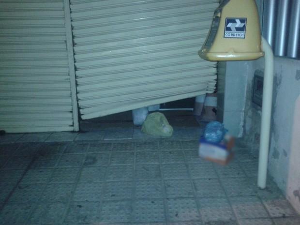 Porta principal da agência foi forçada com duas alavancas. (Foto: Divulgaçã/Polícia Militar)