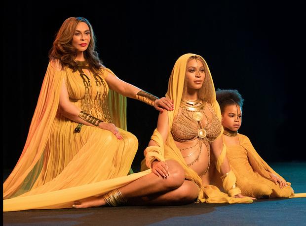 Beyoncé durante gravação exibida antes da apresentação no Grammy com a filha Blue Ivy e mãe, Tina Knowles (Foto: Beyoncé durante gravação exibida antes da apresentação no Grammy )
