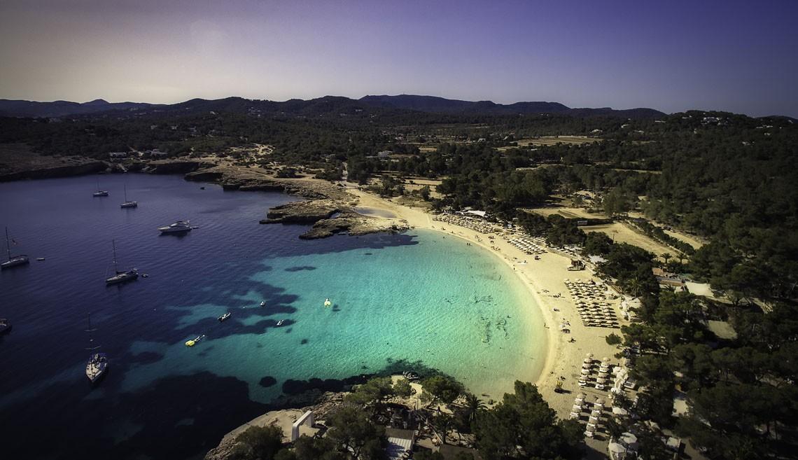 O Beach Club Cala Bassa, um dos destinos dos convidados de Alexandre em Ibiza (Foto: Divulgação)