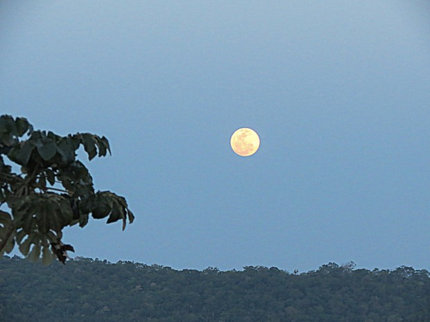 Superlua no céu da cidade de Bonito (MS) (Foto: Gisele Pimenta / Estadão Conteúdo)