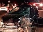 Batida frontal entre carros de passeio mata um e deixa dois feridos na Bahia