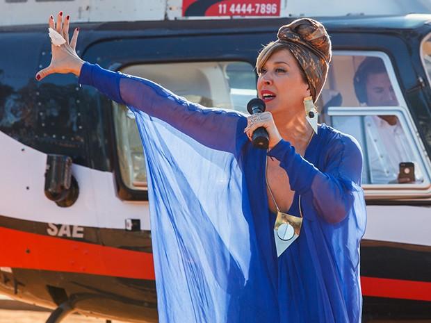 Samantha chega para avisar sobre uma bomba no estádio (Foto: Artur Meninea/Gshow)