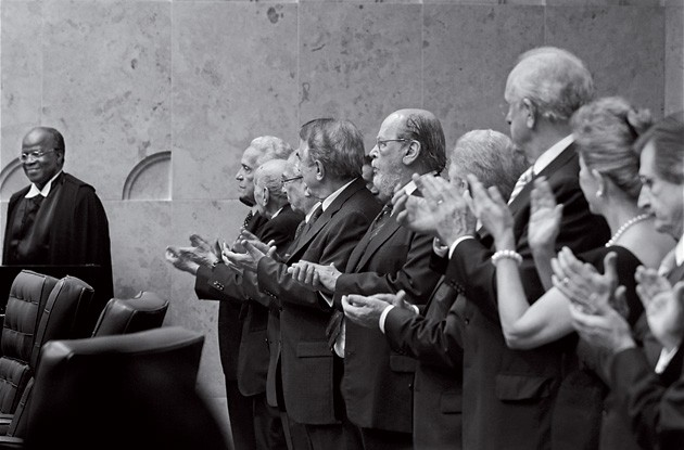 GLÓRIA Joaquim Barbosa (à esq.) é aplaudido durante sua posse na presidência do STF. Os aplausos se estenderão ao Joaquim do dia seguinte?  (Foto: Orlando Britto)