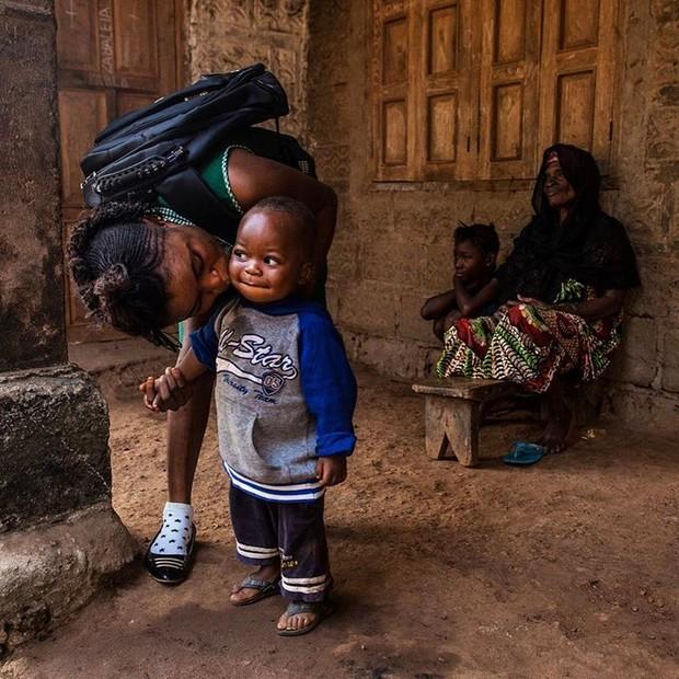 Mariatu, estudante de 18 anos, beija seu filho Abduli antes de partir para a escola em Serra Leoa (Foto: Reprodução/UNICEF)