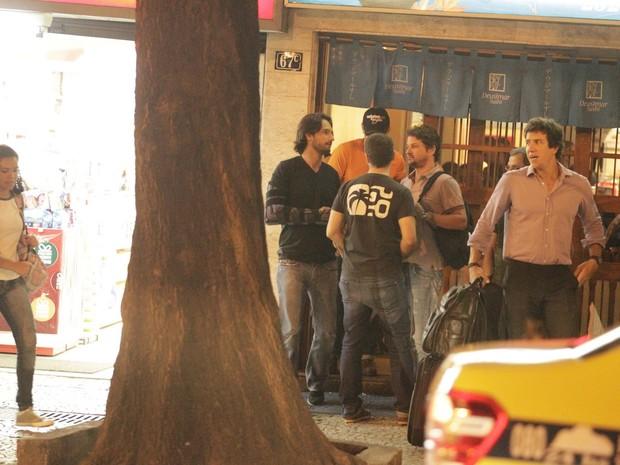 Rodrigo Santoro e Marcelo Serrado com amigos na Zona Sul do Rio (Foto: Gabriel Rangel/ Ag. News)