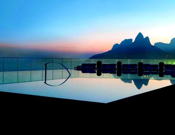 A badalada piscina do Fasano abriga festas exclusivas durante as noites de verão  (Foto: Divulgação)