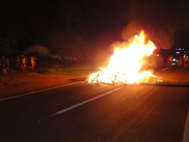 Moradores bloquearam a BR-277 e atearam fogo em galhos (Foto: Divulgação/ PRF)