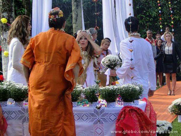 Bárbara Ellen invade casamento de Tina e Vitinho (Foto: Sangue Bom/TV Globo)