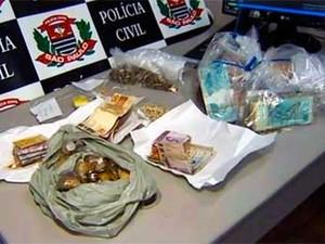 Dinheiro e porções de droga apreendidos em Aparecida, em operação da Polícia Civil (Foto: Kadu Reis/ TV Vanguarda)