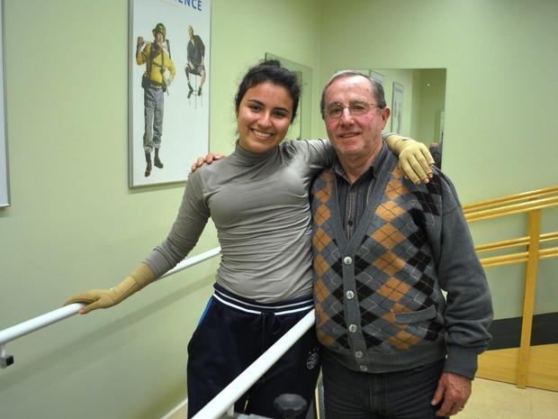 Kelen e o pai Mauri após dar os primeiros passos com a nova próteses (Foto: Luiza Carneiro/ G1)