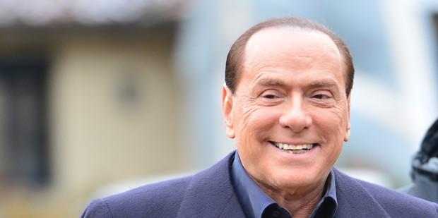 O ex-premiê italiano Silvio Berlusconi chega ao treino do Milan neste sábado (8) em Milanello (Foto: AFP)