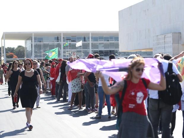 Manifestantes contrários ao impeachment da presidente Dilma Rousseff começam a se reunir em frente do Palácio do Planalto, em Brasília, após aprovação da admissibilidade do processo de impeachment no Senado  (Foto: Marcello Casal/Agência Brasil)