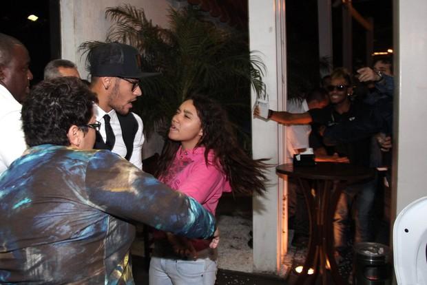 Fã 'ataca' Neymar (Foto: Cláudio Andrade/Photo Rio News)