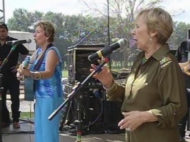 Irmãs agradeceram a homenagem cantando para público de Sapezal  (Foto: Reprodução/TV Tem)