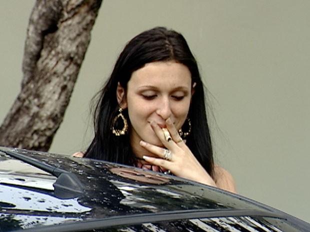 Luiza Gomes tentou 'fumar' nota de R$ 50 duranet abordagem policial (Foto: Reprodução/ TV Gazeta)