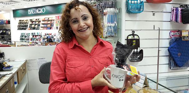 Mais uma cliente do comercial da TV gazeta receb brinde  (Foto: Divulgação/ Marketing TV Gazeta)