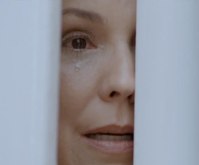 Emília fica desesperada ao ver a filha conversando com Vitória (Foto: TV Globo)