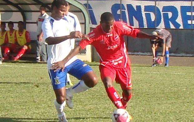 Rafael Carioca disputa bola contra o Santo André (Foto: Guarany Neto / Rádio CBN)